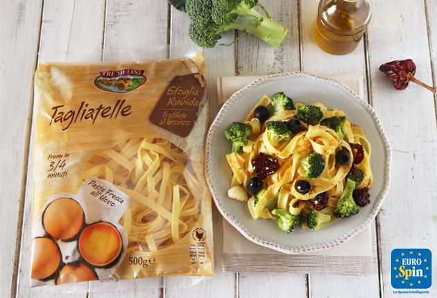 Tagliatelle con Broccoli Peperoni cruschi e Olive