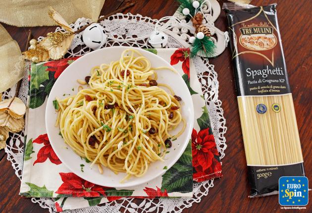 Spaghetti con Acciughe, Uvetta e Pinoli