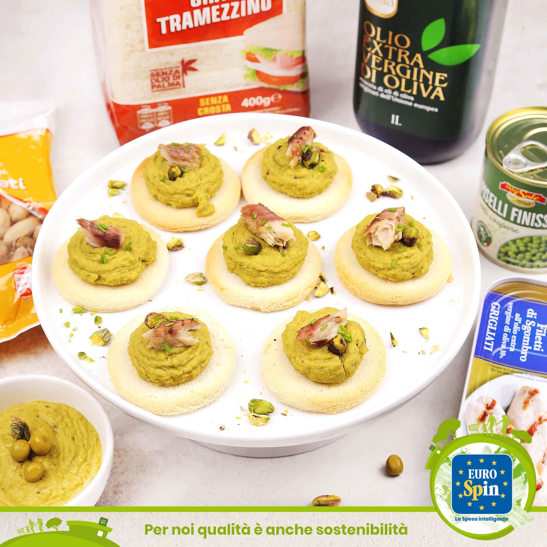 Bruschette con crema di piselli al pistacchio e sgombro