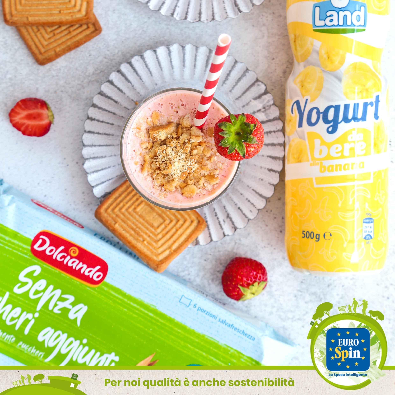 Frullato di yogurt alla banana, fragole e biscotti avanzati
