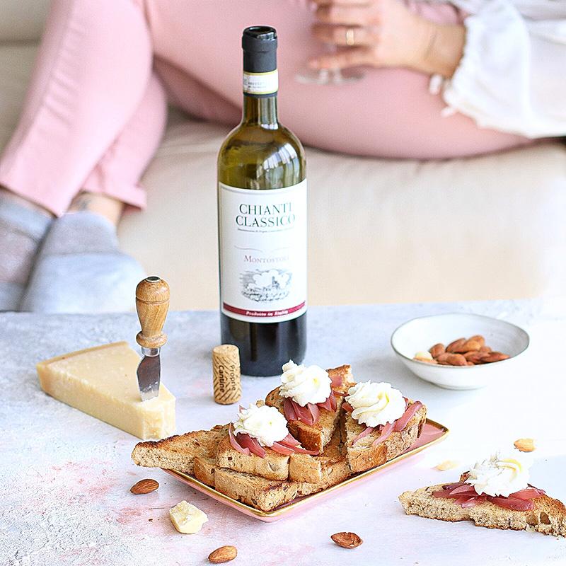 Crostini con mousse al Grana Padano, cipolle rosse in agrodolce e mandorle tostate
