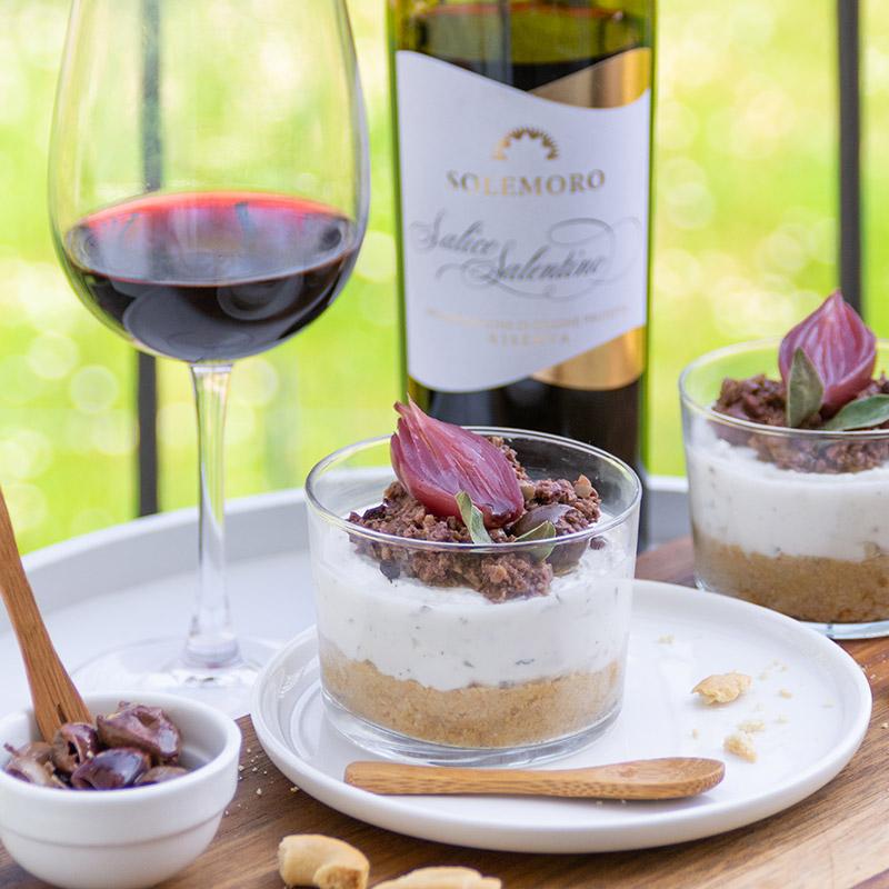 Mini cheesecake alla ricotta con olive, cipolle in agrodolce e taralli