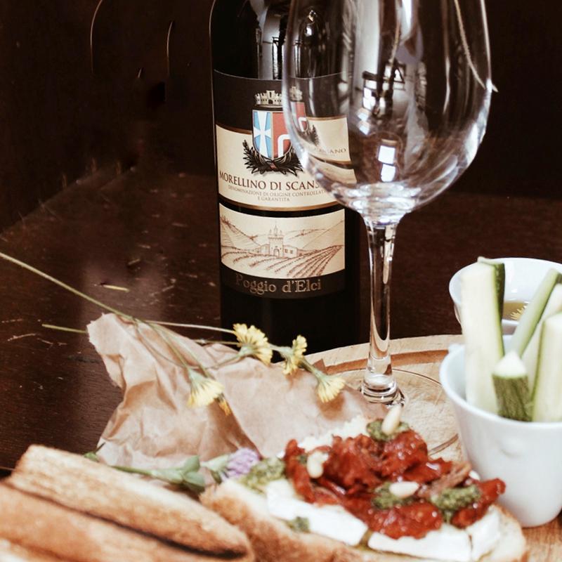 Bruschetta Brie e Pomodorini, gocce di pesto e pinoli